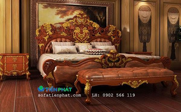 Giường ngủ với thiên hướng cổ điển châu Âu và một vài biểu tượng quyền lực của Châu Á.